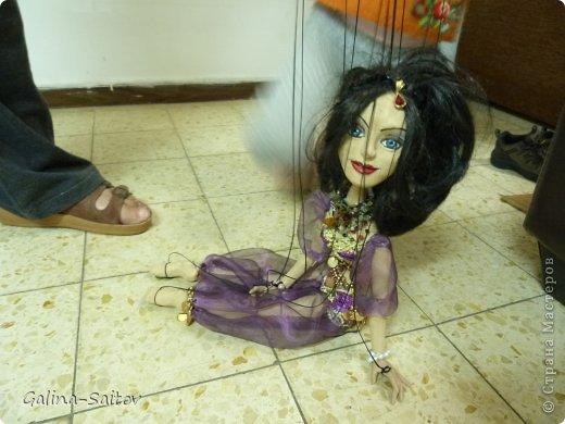Это кукла марионетка. Еще она называется планшетная кукла. Я ее сделала на курсе у Ирины Лицки. Я назвала ее Кармен. Хотела передать образ цыганки Кармен одновременно романтичной , взбалмошной и девушки с сильным характером. Надеюсь , что получилось фото 5