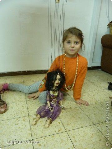 Это кукла марионетка. Еще она называется планшетная кукла. Я ее сделала на курсе у Ирины Лицки. Я назвала ее Кармен. Хотела передать образ цыганки Кармен одновременно романтичной , взбалмошной и девушки с сильным характером. Надеюсь , что получилось фото 6