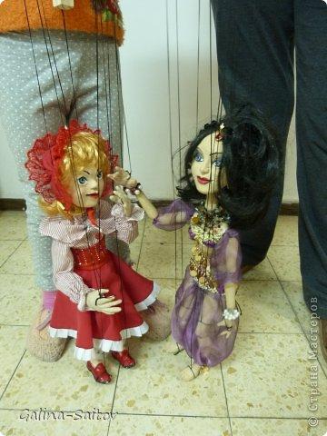 Это кукла марионетка. Еще она называется планшетная кукла. Я ее сделала на курсе у Ирины Лицки. Я назвала ее Кармен. Хотела передать образ цыганки Кармен одновременно романтичной , взбалмошной и девушки с сильным характером. Надеюсь , что получилось фото 8