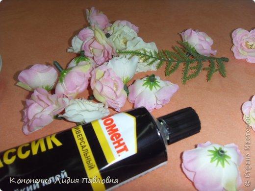 Для работы понадобится:  клей «Момент»,  искусственные цветочки, лента для декорирования,  фото 1