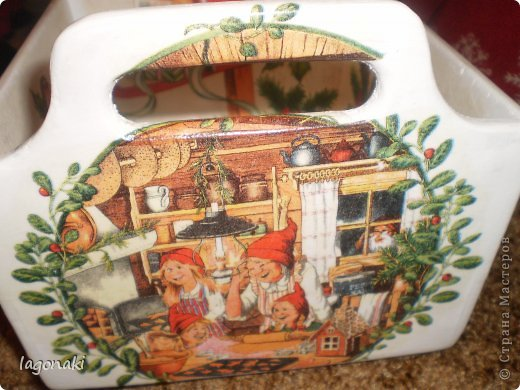Здравствуйте,дорогие мои жители СМ!!!Попробую рассказать сказку,если получится.... Жили были в далекой стране Лапландии,где очень много снега и всегда зима милые гномики.Весь год они занимались своими обыденными делами.Но в предверьи Рождества и Нового Года дел у них прибавлялось в таком количестве,что ни в сказке сказать,ни пером описать....В каждом домике идет подготовка,в окошко заглядывает Дед Мороз и смотрит ,как его помошники готовят сладкое имбирное печенье,пекут ароматный хлеб.Запах  Рождества и Нового Года стоит по всей округе.