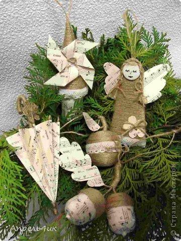 Новый год все ближе и ближе. На улицах и площадях начинают устанавливать ёлки, в магазинах открываются ёлочные базары. В наше время не трудно купить елочную игрушку на любой вкус и стиль, а можно изготовить оригинальные, душевные елочные украшения своими руками. Вдохновившись игрушками из мешковины Оли Зимовой https://stranamasterov.ru/node/673526, решила и себе сделать наборчик на елку в винтажном стиле. Идеи для создания игрушек брала в СМ и на просторах инета. фото 1