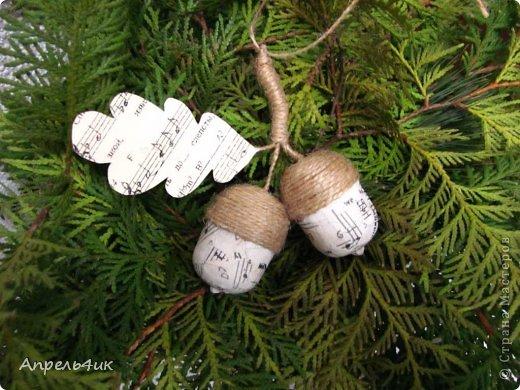 Новый год все ближе и ближе. На улицах и площадях начинают устанавливать ёлки, в магазинах открываются ёлочные базары. В наше время не трудно купить елочную игрушку на любой вкус и стиль, а можно изготовить оригинальные, душевные елочные украшения своими руками. Вдохновившись игрушками из мешковины Оли Зимовой https://stranamasterov.ru/node/673526, решила и себе сделать наборчик на елку в винтажном стиле. Идеи для создания игрушек брала в СМ и на просторах инета. фото 4