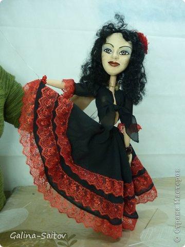 Это кукла марионетка. Еще она называется планшетная кукла. Я ее сделала на курсе у Ирины Лицки. Я назвала ее Кармен. Хотела передать образ цыганки Кармен одновременно романтичной , взбалмошной и девушки с сильным характером. Надеюсь , что получилось фото 9