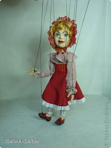 Это кукла марионетка. Еще она называется планшетная кукла. Я ее сделала на курсе у Ирины Лицки. Я назвала ее Кармен. Хотела передать образ цыганки Кармен одновременно романтичной , взбалмошной и девушки с сильным характером. Надеюсь , что получилось фото 11