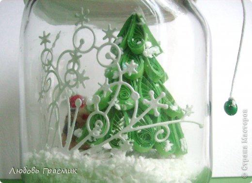 Поделка изделие Новый год Квиллинг Снежная баночка Как Дед Мороз нашел подходящую елочку Банки стеклянные Бумажные полосы Пенопласт фото 7