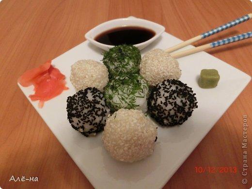 Онигири- это японские рисовые шарики ( традиционно -треугольной формы) с начинкой внутри.  Можно сделать также овальные или круглые (шарики) Никак соленая рыба не закончится.....сначала суши, затем суши-торт, надо теперь попробовать слепить  шарики))) Смотрятся они тоже очень нарядно и необычно.