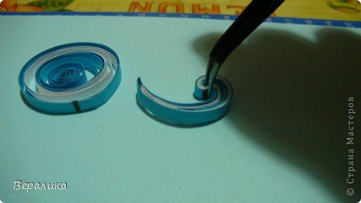 Сегодня я хочу показать вам как я делала вот такие снежинки-узоры. Делаются они все по единому принципу: из капель различной величины. В диаметре каждая снежинка равна 14 см. Покажу процесс изготовления сине-белой снежинки из нижнего ряда в правом углу. Нам понадобится: - бумажные полоски шириной 4мм ( я их нарезаю сама из стандартного листа для принтера ): белого и синего цвета; - клей ПВА; - линейка с отверстиями до диаметра 36мм, т.е самая большая; - пинцет, желательно с загнутыми кончиками; - ножницы; - деревянная зубочистка; - обычная иголка для шитья. фото 4