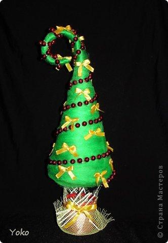 Как-то так вышло, что у меня выходит в год по елке)))))) Вот новенькая) Классическая - зеленая, украшение простое: новогодние бусы и бантики из атласной ленты фото 2