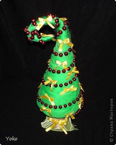 Как-то так вышло, что у меня выходит в год по елке)))))) Вот новенькая) Классическая - зеленая, украшение простое: новогодние бусы и бантики из атласной ленты фото 3