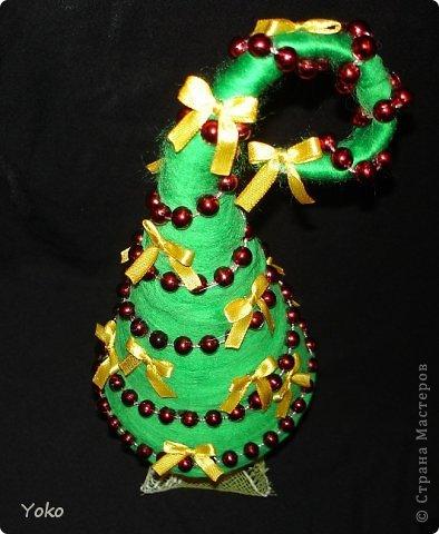 Как-то так вышло, что у меня выходит в год по елке)))))) Вот новенькая) Классическая - зеленая, украшение простое: новогодние бусы и бантики из атласной ленты фото 4