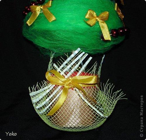 Как-то так вышло, что у меня выходит в год по елке)))))) Вот новенькая) Классическая - зеленая, украшение простое: новогодние бусы и бантики из атласной ленты фото 5