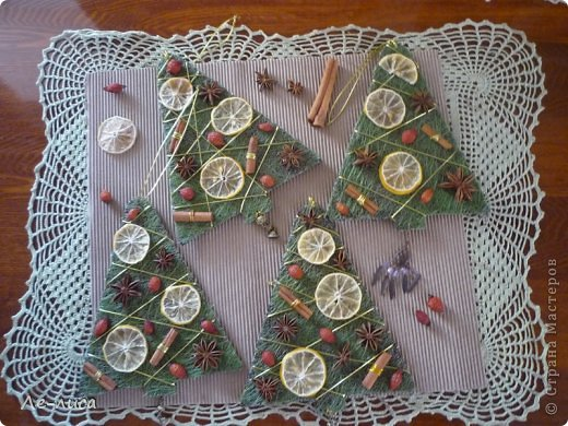 Сразу же хочу поблагодарить Евгению Лиси и её эко-ёлочки, которые вдохновили меня на создание моих ароматных подвесок. Так что этот МК, что называется, по мотивам... Вдохновлялась тут https://stranamasterov.ru/node/671670 фото 11