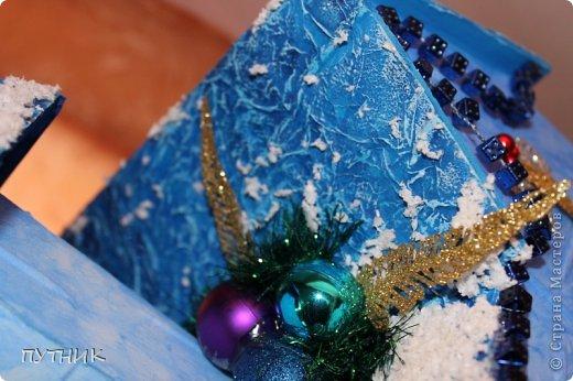 Привет всем, всем, всем!!! Во первых, поздравляю заранее всех с наступающим Новым годом!!!! Желаю всего самого замечательного!!! Здоровья, любви, а самое главное это хорошего настроения и творческих успехов!!!!      К вам я сегодня с домиком- светильничком к Новому году!!! Все делалось как и в предыдущих работах, только крыша по другому!!! Этот домик отправился на выставку,17 числа открытие!!! А теперь посмотрим сам домик!!!!    Это так сказать фасад. Салфетка, немного бусиков, шарики. фото 7