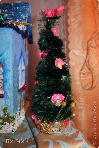Привет всем, всем, всем!!! Во первых, поздравляю заранее всех с наступающим Новым годом!!!! Желаю всего самого замечательного!!! Здоровья, любви, а самое главное это хорошего настроения и творческих успехов!!!!      К вам я сегодня с домиком- светильничком к Новому году!!! Все делалось как и в предыдущих работах, только крыша по другому!!! Этот домик отправился на выставку,17 числа открытие!!! А теперь посмотрим сам домик!!!!    Это так сказать фасад. Салфетка, немного бусиков, шарики. фото 13