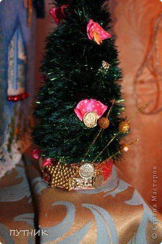 Привет всем, всем, всем!!! Во первых, поздравляю заранее всех с наступающим Новым годом!!!! Желаю всего самого замечательного!!! Здоровья, любви, а самое главное это хорошего настроения и творческих успехов!!!!      К вам я сегодня с домиком- светильничком к Новому году!!! Все делалось как и в предыдущих работах, только крыша по другому!!! Этот домик отправился на выставку,17 числа открытие!!! А теперь посмотрим сам домик!!!!    Это так сказать фасад. Салфетка, немного бусиков, шарики. фото 14