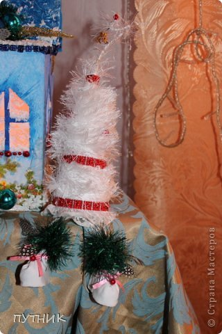 Привет всем, всем, всем!!! Во первых, поздравляю заранее всех с наступающим Новым годом!!!! Желаю всего самого замечательного!!! Здоровья, любви, а самое главное это хорошего настроения и творческих успехов!!!!      К вам я сегодня с домиком- светильничком к Новому году!!! Все делалось как и в предыдущих работах, только крыша по другому!!! Этот домик отправился на выставку,17 числа открытие!!! А теперь посмотрим сам домик!!!!    Это так сказать фасад. Салфетка, немного бусиков, шарики. фото 16
