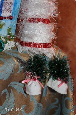 Привет всем, всем, всем!!! Во первых, поздравляю заранее всех с наступающим Новым годом!!!! Желаю всего самого замечательного!!! Здоровья, любви, а самое главное это хорошего настроения и творческих успехов!!!!      К вам я сегодня с домиком- светильничком к Новому году!!! Все делалось как и в предыдущих работах, только крыша по другому!!! Этот домик отправился на выставку,17 числа открытие!!! А теперь посмотрим сам домик!!!!    Это так сказать фасад. Салфетка, немного бусиков, шарики. фото 17