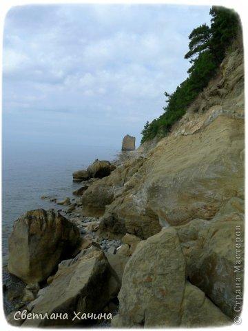 Есть недалеко от Геленджика маленький посёлочек Прасковеевка, там в небольшой бухте незыблемо стоит в полосе прибоя громадная скала, очень похожая на парус.  фото 3