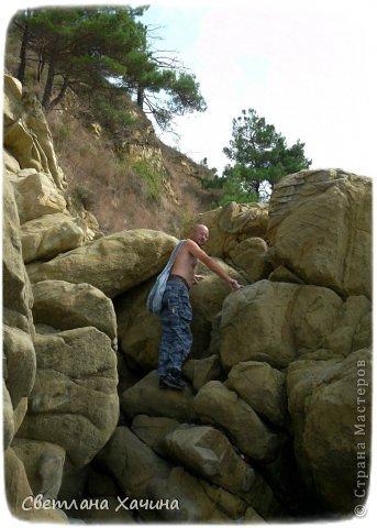 Есть недалеко от Геленджика маленький посёлочек Прасковеевка, там в небольшой бухте незыблемо стоит в полосе прибоя громадная скала, очень похожая на парус.  фото 4