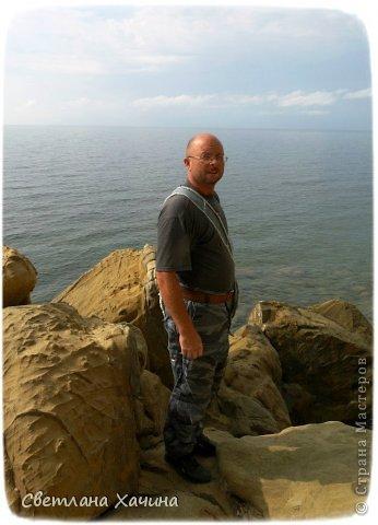Есть недалеко от Геленджика маленький посёлочек Прасковеевка, там в небольшой бухте незыблемо стоит в полосе прибоя громадная скала, очень похожая на парус.  фото 5