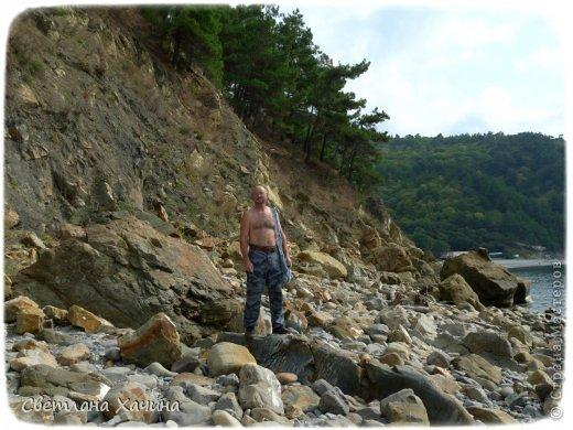Есть недалеко от Геленджика маленький посёлочек Прасковеевка, там в небольшой бухте незыблемо стоит в полосе прибоя громадная скала, очень похожая на парус.  фото 10