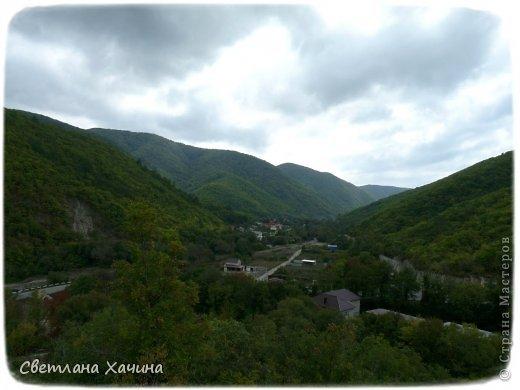 Есть недалеко от Геленджика маленький посёлочек Прасковеевка, там в небольшой бухте незыблемо стоит в полосе прибоя громадная скала, очень похожая на парус.  фото 2