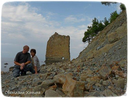 Есть недалеко от Геленджика маленький посёлочек Прасковеевка, там в небольшой бухте незыблемо стоит в полосе прибоя громадная скала, очень похожая на парус.  фото 9