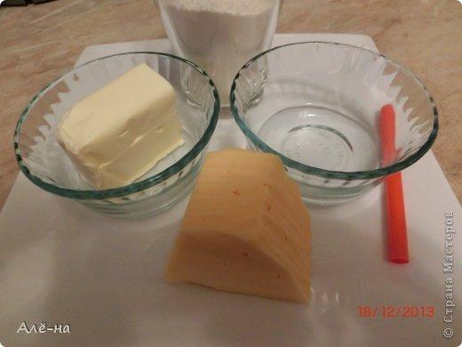 """Сначала планировала сделать сырные печенья , но похожий рецепт  у меня уже есть в блоге  https://stranamasterov.ru/node/257960 ,а крекеров  сырных нет... Такую интересную форму увидел в интернете младший сын... Тесто очень простое и быстрое. Очень ребенку понравилось работать """"дыроколом""""))) фото 2"""
