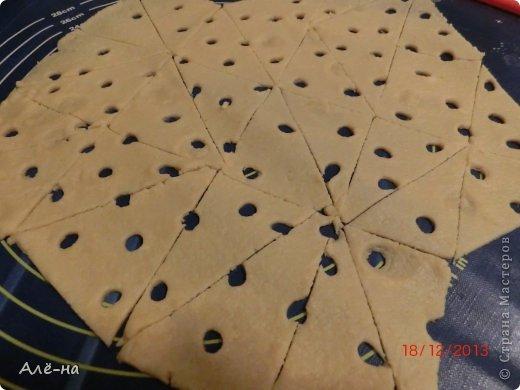 """Сначала планировала сделать сырные печенья , но похожий рецепт  у меня уже есть в блоге  https://stranamasterov.ru/node/257960 ,а крекеров  сырных нет... Такую интересную форму увидел в интернете младший сын... Тесто очень простое и быстрое. Очень ребенку понравилось работать """"дыроколом""""))) фото 9"""