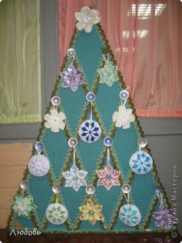 Здравствуйте дорогие мастера Страны Мастеров. С наступающим всех Новым Годом! В этом году нашу традиционную ёлку решили украсить снежинками и цветами. И свершилось настоящее чудо - наша ёлка расцвела среди зимы!