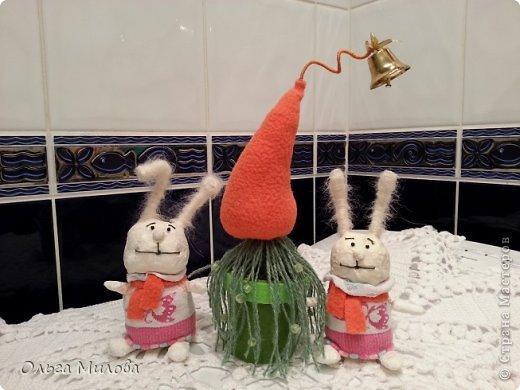 Здравствуйте, дорогие мои! Сегодня я покажу вам еще одну композицию, которую задумала сделать давно, но все не хватало времени... Эта небольшая композиция для конкурса в детском саду...  Для большинства людей Новый год - самый любимый праздник. Новый год отмечают везде, во всем мире! Его называют волшебным, загадочным, сказочным, удивительным, неповторимым. Все ожидают светлой сказки, нового счастья, приятных моментов в жизни, чудесного исполнения желаний и самых сокровенных мечтаний... Вот они, зайцы-проказники, которые празднуют Новый год у необычной елки-морковки...   фото 3
