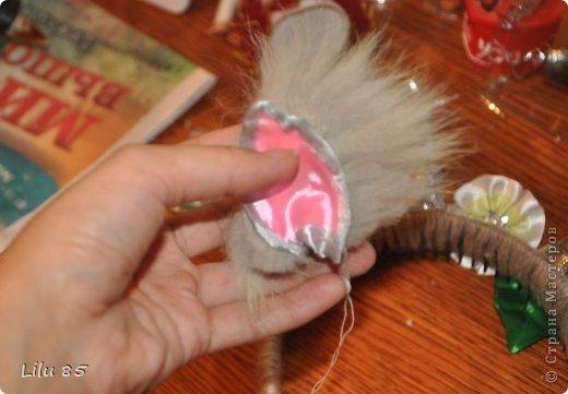 """Делаем рожки для козочки.Нам понадобится: пластиковая бутылка любая, скотч. ножницы, лента серого и розового цвета,вата, ободок желательно широкий, нитки шерстяные толстые серого цвета, клеевый пистолет, старый меховой воротник серого цвета или любой др мех. И цветок или разного цвета ленты для украшения рожек. Для начала нужно разрезать пластиковую бутылку на 2 квадратика. Квадратики скрутить в виде кулечков и зафиксировать обмотать скотчем. С первого раза может не получиться поэтому несколько раз скручивайте и отпускайте квадратики чтобы пластик """" привык"""" к форме. Лишнее обрежьте ножницами. фото 21"""