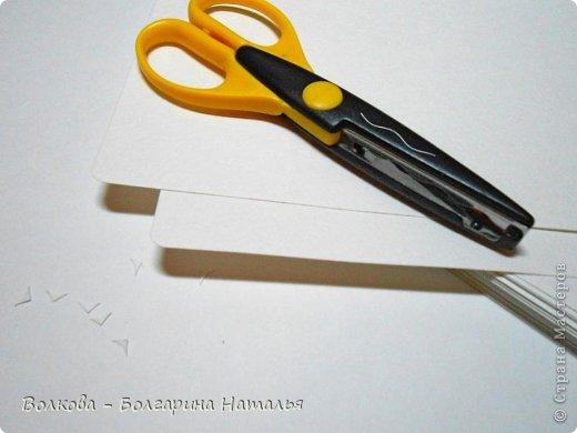 """Когда под рукой нет подходящей бумаги для скрапбукинга и круглого дырокола, можно при помощи небольшого арсенала материалов всё же смастерить нужные листы для альбома или блокнота. Для этого нам понадобится: 1. Акварельные листы 2. Цветные карандаши 3. Канцелярский нож 4. Ножницы 5. Клей """"Титан"""" (прозрачный, используется в ремонте для приклеивания потолочной плитки). фото 2"""