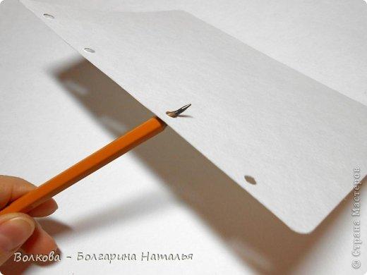 """Когда под рукой нет подходящей бумаги для скрапбукинга и круглого дырокола, можно при помощи небольшого арсенала материалов всё же смастерить нужные листы для альбома или блокнота. Для этого нам понадобится: 1. Акварельные листы 2. Цветные карандаши 3. Канцелярский нож 4. Ножницы 5. Клей """"Титан"""" (прозрачный, используется в ремонте для приклеивания потолочной плитки). фото 6"""