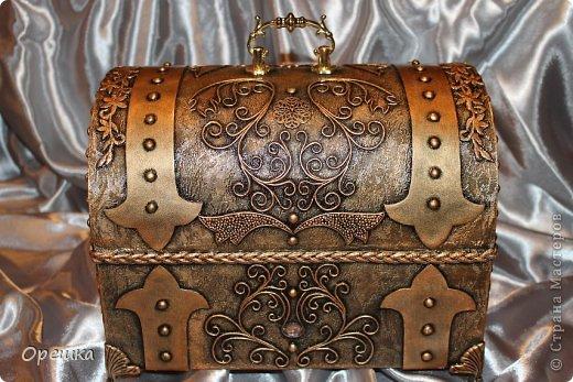 Здравствуйте дорогие гости! Сегодня у меня снова пейп- арт Татьяны Соркиной.  http://stranamasterov.ru/node/308701  Моя любимая техника. Спасибо, Танечка!!! И опять сундук! Его вчера получила в подарок Наташа- наша мастерица Natalek70! http://stranamasterov.ru/user/186282   Летом, Наташа прислала мне шикарную посылку!!! Ой, чего там только не было....  Я устраивала грандиозные похвастушки. И, конечно же, не могла оставить Наташино внимание без ответа! Думаю, Натали понравился мой Новогодний подарок! :-) Тут мы чуток подфотошопились для пущей красоты. )))))))))))))) фото 24