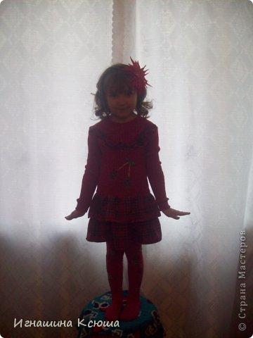 была у меня водолазка , тёплая красная , но не носимая.  пришла в голову мысль сшить из неё дочери платье. немного укоротила и снизу пришила оборки в клетку и вверху рюшечки, нашила вишенки и всё готово. извиняюсь за качество фото, фотограф из меня никакой