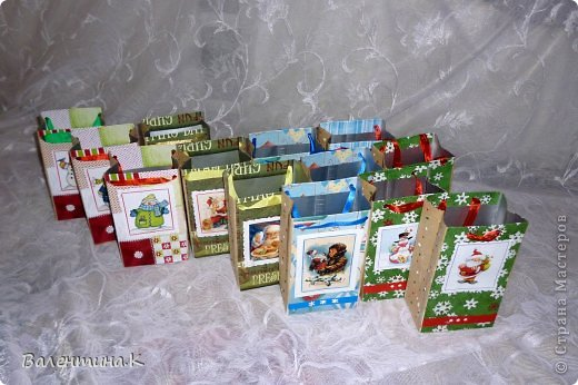 Добрый вечер. На доп.занятиях у моей дочки тоже будет НГ-утренник. Дети будут выполнять задания, участвовать в викторинах и т.д. За все это они будут получать конфеты, которые в итоге и станут их подарком. А конфеты надо куда-то складывать. И я, подсмотрев у Саблезубки тут: http://stranamasterov.ru/node/663204#comment-9213868, сделала пакетики из .... пакетов из-под молока. Аж 13 штук )) фото 1