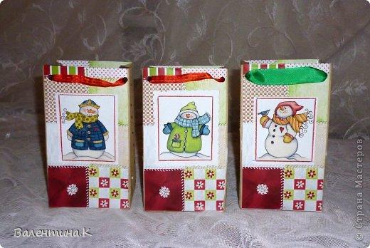 Добрый вечер. На доп.занятиях у моей дочки тоже будет НГ-утренник. Дети будут выполнять задания, участвовать в викторинах и т.д. За все это они будут получать конфеты, которые в итоге и станут их подарком. А конфеты надо куда-то складывать. И я, подсмотрев у Саблезубки тут: http://stranamasterov.ru/node/663204#comment-9213868, сделала пакетики из .... пакетов из-под молока. Аж 13 штук )) фото 3