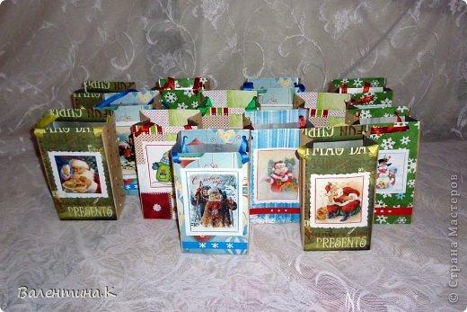 Добрый вечер. На доп.занятиях у моей дочки тоже будет НГ-утренник. Дети будут выполнять задания, участвовать в викторинах и т.д. За все это они будут получать конфеты, которые в итоге и станут их подарком. А конфеты надо куда-то складывать. И я, подсмотрев у Саблезубки тут: http://stranamasterov.ru/node/663204#comment-9213868, сделала пакетики из .... пакетов из-под молока. Аж 13 штук )) фото 7