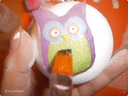 Скоро Новый Год. И я бы хотела сделать и показать вам как сделать новогодний шар своими руками. Всё это делается легко и быстро. Даже если вы новичок в декупаже, у вас обязательно получится шедевр. Приятного просмотра) фото 13