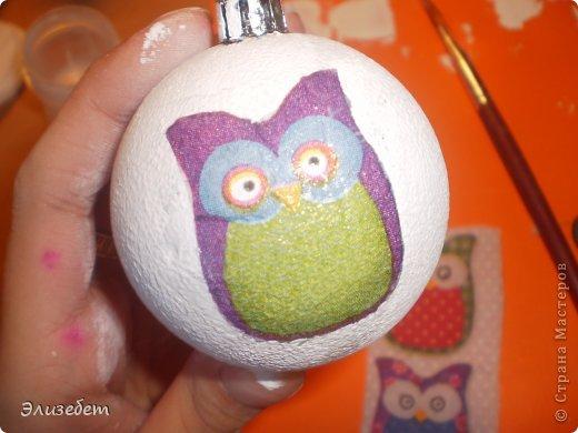 Скоро Новый Год. И я бы хотела сделать и показать вам как сделать новогодний шар своими руками. Всё это делается легко и быстро. Даже если вы новичок в декупаже, у вас обязательно получится шедевр. Приятного просмотра) фото 14