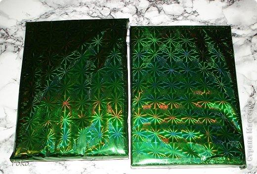 Сегодня я покажу как можно  задекорировать - упаковать подарок на Новый год, хотя по такой же схеме можно украсить подарок и на любой другой праздник, используя соответствующие  декоративные эллементы фото 2