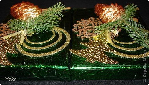 Сегодня я покажу как можно  задекорировать - упаковать подарок на Новый год, хотя по такой же схеме можно украсить подарок и на любой другой праздник, используя соответствующие  декоративные эллементы фото 14