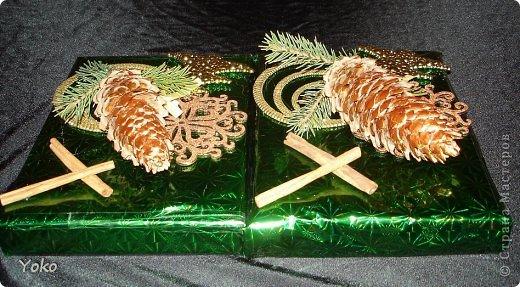 Сегодня я покажу как можно  задекорировать - упаковать подарок на Новый год, хотя по такой же схеме можно украсить подарок и на любой другой праздник, используя соответствующие  декоративные эллементы фото 16