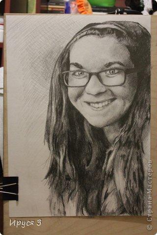 Портрет девочки из  своего классса  Максим нарисовал карандашом -)))