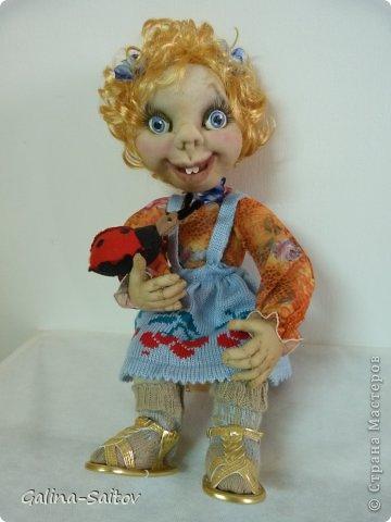 Кукла выполнена в чулочной технике,Предназначена она для девочки, у которой сегодня день рождения. Девочка это по характеру очень живая , любопытная, проказница. Попыталась передать образ в кукле фото 1