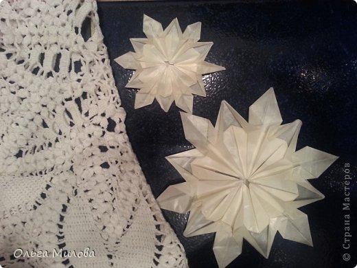 Здравствуйте, дорогие жители Страны Мастеров! От всей души поздравляю вас с Новым 2014 годом и Рождеством! Желаю здоровья, счастья, благополучия и творческих успехов!!!  Сегодня я покажу вам мои снежинки в технике оригами. Такие объемные снежинки будут прекрасно смотреться и на новогодней елочке, и даже подвешенные на длинных блестящих нитях на люстре. Бумагу для такой новогодней поделки лучше взять тонкую, наподобие пергаментной, чтобы снежинка была полупрозрачной. фото 1