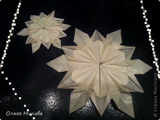 Здравствуйте, дорогие жители Страны Мастеров! От всей души поздравляю вас с Новым 2014 годом и Рождеством! Желаю здоровья, счастья, благополучия и творческих успехов!!!  Сегодня я покажу вам мои снежинки в технике оригами. Такие объемные снежинки будут прекрасно смотреться и на новогодней елочке, и даже подвешенные на длинных блестящих нитях на люстре. Бумагу для такой новогодней поделки лучше взять тонкую, наподобие пергаментной, чтобы снежинка была полупрозрачной. фото 3