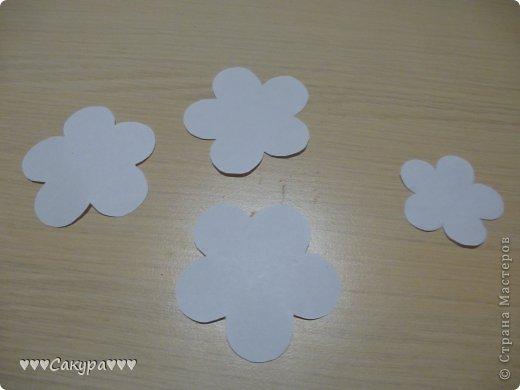 Итак, приступим. .  Вырезаем цветочки с пятью лепестками: 3 больших и 1 маленький.